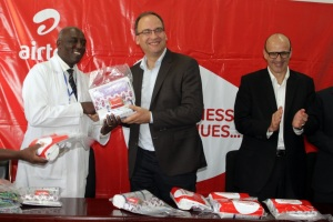 Airtel MD Tom Gutjhar (middle) hands over Mama Kits to Dr. Edward Naddumba Director Uganda - China Friendship Hospital as  Airtel Africa Executive Director Christophe Soulet watches on