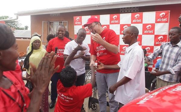 AIrtel Uganda MD Tom Gutjahr hands over the car keys to Mary Kabiito