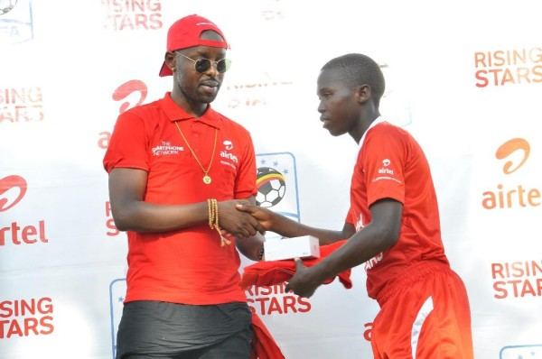 airtel-ambassador-eddy-kenzo-handing-over-a-gift-to-the-season-six-airtel-rising-stars-nationals-mvp-tom-kakaire-from-buganda-region